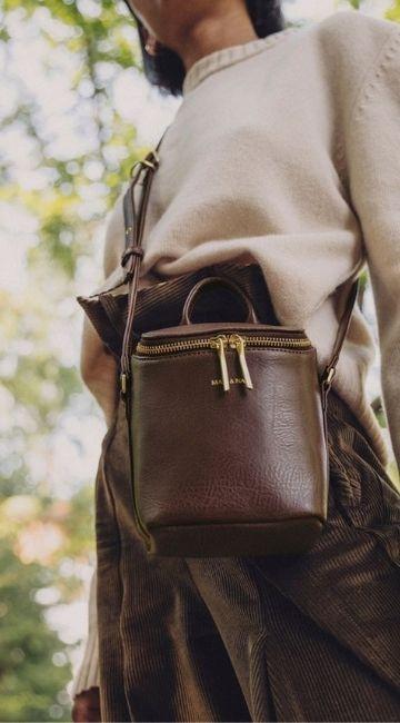 Jeune femme qui porte un sac à main éthique
