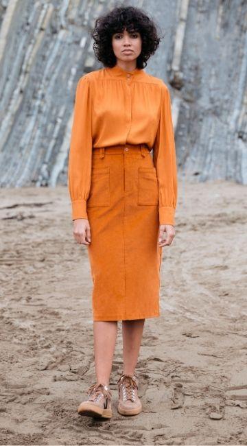 Jeune femme portant un ensemble de mode éthique