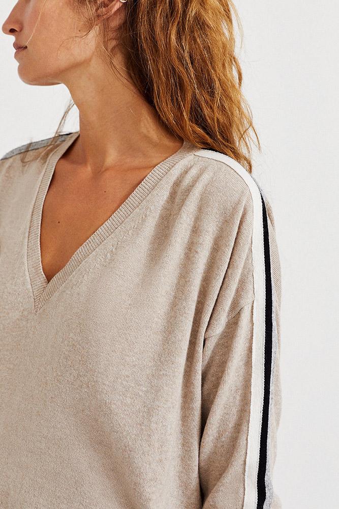 Femme portant un pull éthique Ecoalf