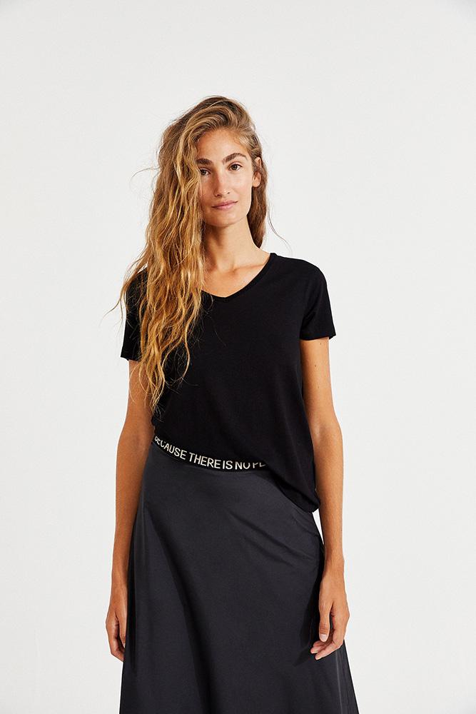 Jeune femme portant t-shirt éthique ecoalf