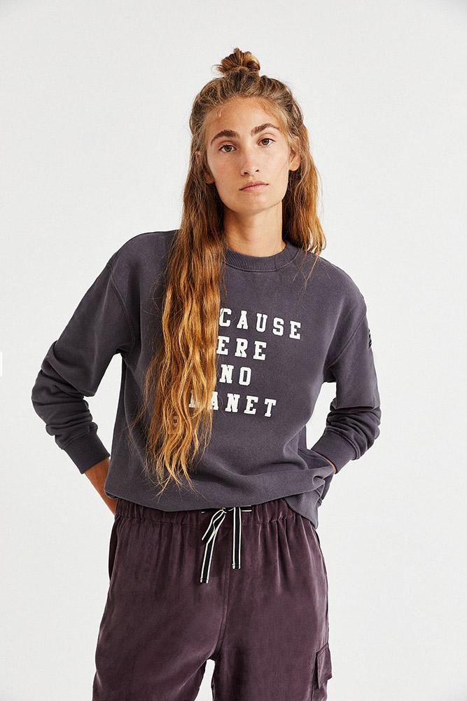 Jeune femme portant un pull et un pantalon éthique Ecoalf