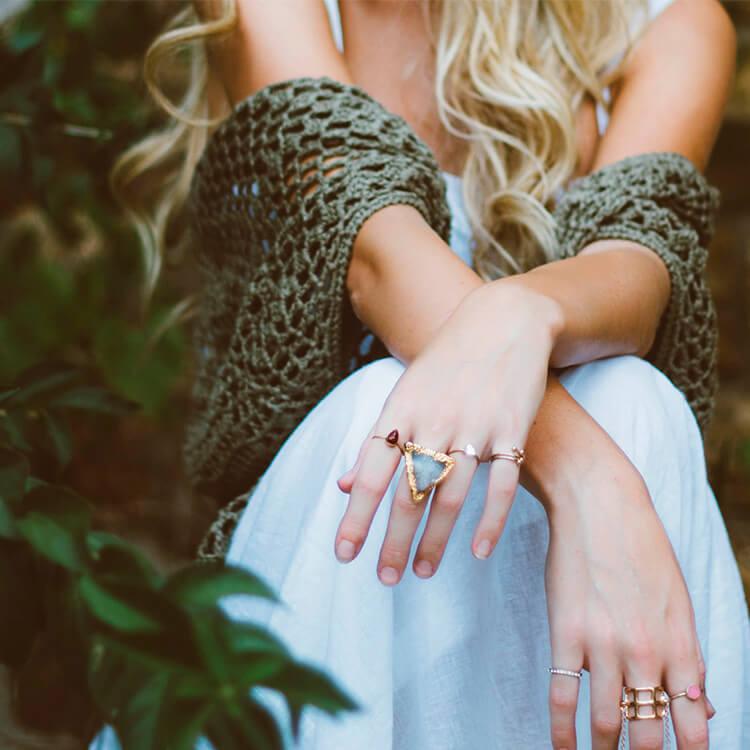 Jeune femme portant des bijoux éthiques