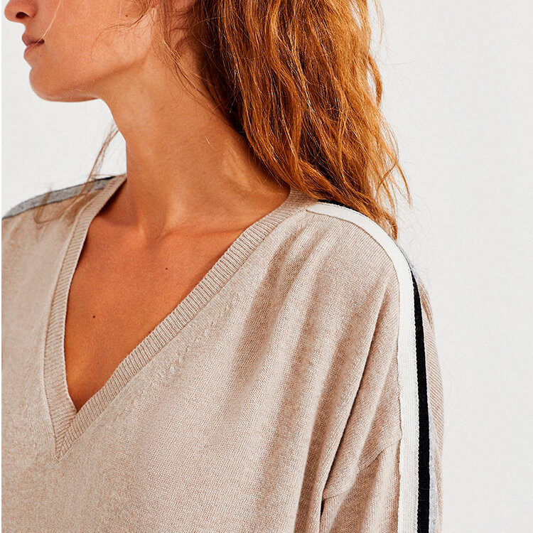jeune femme portant des vêtements éthiques de la marque ecoalf