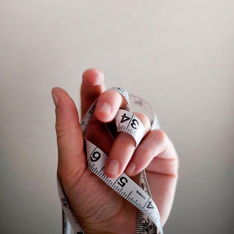 une main tenant un mètre