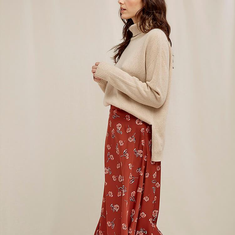 jeune femme portant des vêtements éthiques de la marque people tree