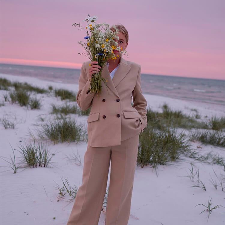 jeune femme à la plage portant des vêtements éthiques